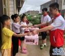 大爱无疆,红烛公益协会组织志愿者辅导留守儿童的暑期作业!